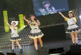 虎党の薮下柊(中央)は山本彩(左)らと「六甲おろし」を熱唱(C)NMB48
