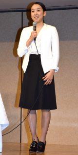 白いジャケットに黒いスカート姿で登壇した浅田真央 (C)ORICON NewS inc.