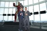 アイアンマンの前で記念撮影する(左から)ジェームズ・ガン監督、クリス・プラット