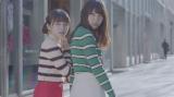 欅坂46のユニット・ゆいちゃんず「チューニング」MVより(左から今泉佑唯、小林由依)