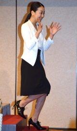 会見の最後…気さくにポーズを決める浅田真央=都内で行われた現役引退会見 (C)ORICON NewS inc.