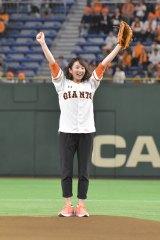 13日の巨人×広島(東京ドーム)で始球式を行った木村文乃(C)日本テレビ