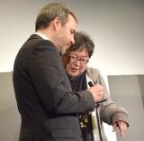 ドゥニ・ヴィルヌーヴ監督(左)からサインをもらう樋口真嗣監督 (C)ORICON NewS inc.