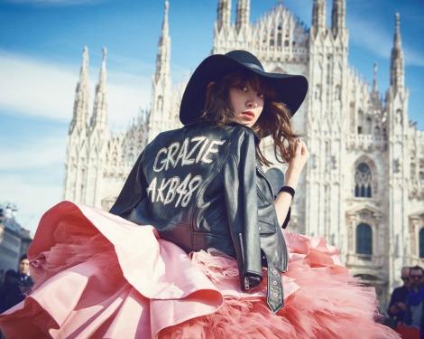 サムネイル イタリア・ミラノで華麗なドレス姿を披露した小嶋陽菜=『sweet』5月号(宝島社)