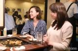 TOKIOの松岡昌宏が飲み歩く、テレビ東京の番組『二軒目どうする?〜ツマミのハナシ〜』4月15日放送回のゲストは浅見れいな(左)