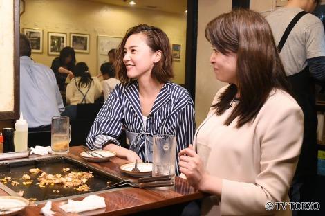 サムネイル TOKIOの松岡昌宏が飲み歩く、テレビ東京の番組『二軒目どうする?〜ツマミのハナシ〜』4月15日放送回のゲストは浅見れいな(左)