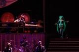 バーチャル・シンガー「初音ミク」と和太鼓演奏集団「鼓童」のスペシャルライブをテレビで。写真は「桜ノ雨」演奏時(C)NHK