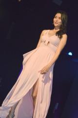 スリットの入った大胆衣装でファッションショーを行った橋本マナミ (C)ORICON NewS inc.