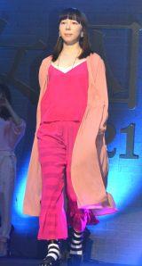 ファッションショーを行った平岩紙=金曜ナイトドラマ『女囚セブン』の制作発表記者会見 (C)ORICON NewS inc.
