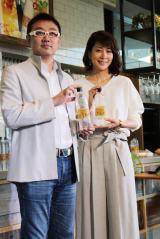 『サントリー天然水 PREMIUM MORNING CAFE』のオープニングイベントに出席した(写真右)内田恭子