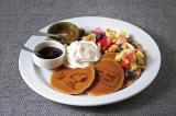 中目黒のカフェ「PEANUTS Cafe」がプロデュース。作者が愛したチョコチップクッキーやルーシーのレモネードスタンドにちなんだ飲み物など、原作でお馴染みのフード&ドリンクメニューが揃っている