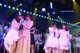 小嶋陽菜の卒業公演で柏木由紀(左端)、渡辺麻友(左から3人目)も号泣(C)AKS