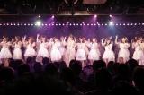 現役のAKB48メンバーと「桜の花びらたち」を熱唱する小嶋陽菜(C)AKS