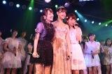 卒業生の高橋みなみ(左)も駆けつけた小嶋陽菜卒業公演(C)AKS
