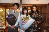 TBS系連続ドラマ『リバース』撮影現場より(左から)藤原竜也、戸田恵梨香、シェネル (C)TBS