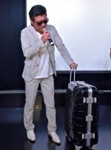 スーツケースを持ったまま舞台あいさつを行う小沢仁志 (C)ORICON NewS inc.