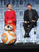 米フロリダで開催中の『スター・ウォーズ・セレブ レーション』で行われたシリーズ最新作『スター・ウォーズ/最後のジェダイ』のパネル・ディスカッションに参加したデイジー・リドリー、ライアン・ジョンソン監督、BB-8