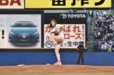 明治神宮球場で行われたヤクルト×広島戦で初の始球式を行ったLiLiCo