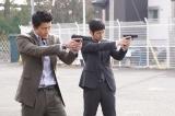 関西テレビ・フジテレビ系ドラママ『CRISIS 公安機動捜査隊特捜班』第3話(4月25日放送)より。(左から)主演の小栗旬、西島秀俊(C)関西テレビ