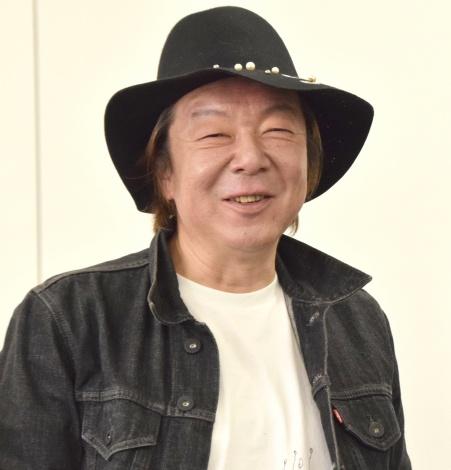 デニムのジャケットに黒いハットをかぶっている古田新太の画像