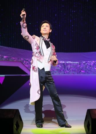 新曲「愛が信じられないなら」を歌う山内惠介
