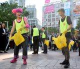 渋谷駅周辺のごみ拾いを行った(左から)ぺえ、Zeebra