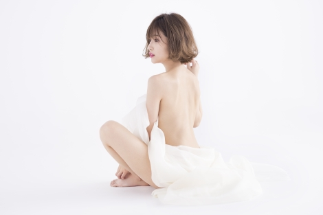 美背中を大胆披露したくみっきー=エステティックサロン「キレイサローネ」の新ビジュアルモデル
