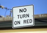 赤信号右折禁止を示す「NO TURN ON RED」の標識(2枚目)