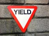 徐行または一時停止が必要な「譲れ」という意味の「YIELD」の標識(3枚目)
