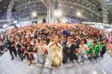 高橋洋子(中央)の生歌で1000人超の参加者がフィットネス! Photo by 粂井健太