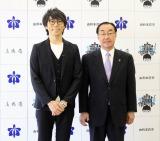 秋田県由利本荘市で野外音楽フェスを開催することを発表した高橋優と長谷部誠由利本荘市長