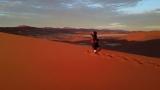 広大なナミブ砂漠の朝焼けを撮影中の田島知華さん(C)関西テレビ