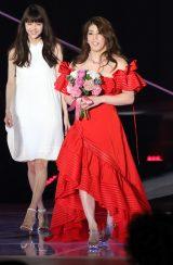 真っ赤な肩出しドレスでGirlsAwardのランウェイに登場した吉田沙保里 (撮影:片山よしお) (C)oricon ME inc.