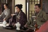 NHK大河ドラマ『おんな城主 直虎』第2回より。井伊家の家臣、中野直由(筧利夫)、奥山朝利(でんでん)(C)NHK