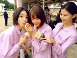 テレビ朝日系ドラマ『女囚セブン』撮影現場でカエルを見つけて大はしゃぎ(C)テレビ朝日