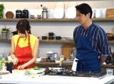 マイ包丁を使って手料理を披露する加藤綾子(左)と見守る谷原章介=TBS系『谷原章介の25時ごはん』収録取材