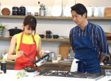 手料理を披露する加藤綾子(左)と見守る谷原章介=TBS系『谷原章介の25時ごはん』収録取材 (C)ORICON NewS inc.