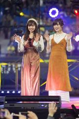 村瀬紗英(左)が選抜メンバー18人をコーディネート。自らがプロデューサーとなり「ファッションショー」を開催。右は山本彩