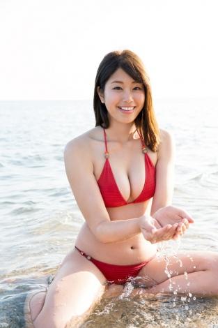 神スイング・稲村亜美、赤いビキニの王道グラビア 1st写真集から先行カット解禁   ORICON NEWS