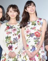 おそろいワンピース姿を披露した(左から)松井玲奈、新川優愛 (C)ORICON NewS inc.