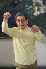 主人公・菊村栄を演じる石坂浩二も元気に体操(C)テレビ朝日系