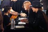 SUGIZO(奥)とINORAN(手前)がサイン会を実施