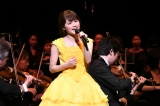 ベルイエローのドレスで熱唱する昆夏美