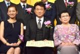 『第25回橋田賞』の授賞式に出席した(左から)尾野真千子、船越英一郎、橋田壽賀子氏 (C)ORICON NewS inc.