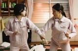 テレビ朝日系ドラマ『女囚セブン』第4話より。剛力彩芽(左)演じる主人公は怪力の持ち主という設定(C)テレビ朝日