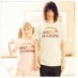 「JUST MARRIED」(新婚ほやほや)と書かれたペアルックTシャツを着て挙式報告した村田充&神田沙也加(写真は村田充の公式ブログより)
