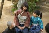 第19話より。直虎(柴咲コウ)は木を盗んだ罰は何がいいか虎松(寺田心)や亥之介に問う (C)NHK
