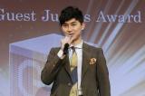 授賞式でスピーチする松田翔太