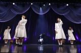 大園桃子の伴奏で「君の名は希望」を歌唱
