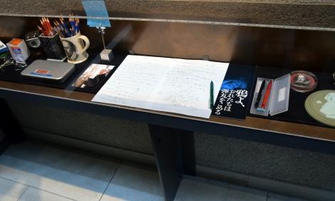 ゆかりの品々が設置されたショーケース=蜷川幸雄さん一周忌より (C)ORICON NewS inc.